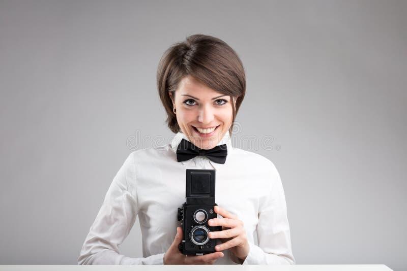 Счастливый фотограф в бабочке стоковые изображения