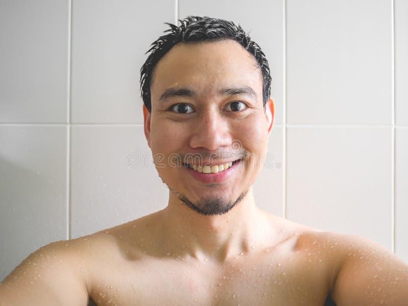 Счастливый человек принимая selfie в ванной комнате стоковые изображения rf
