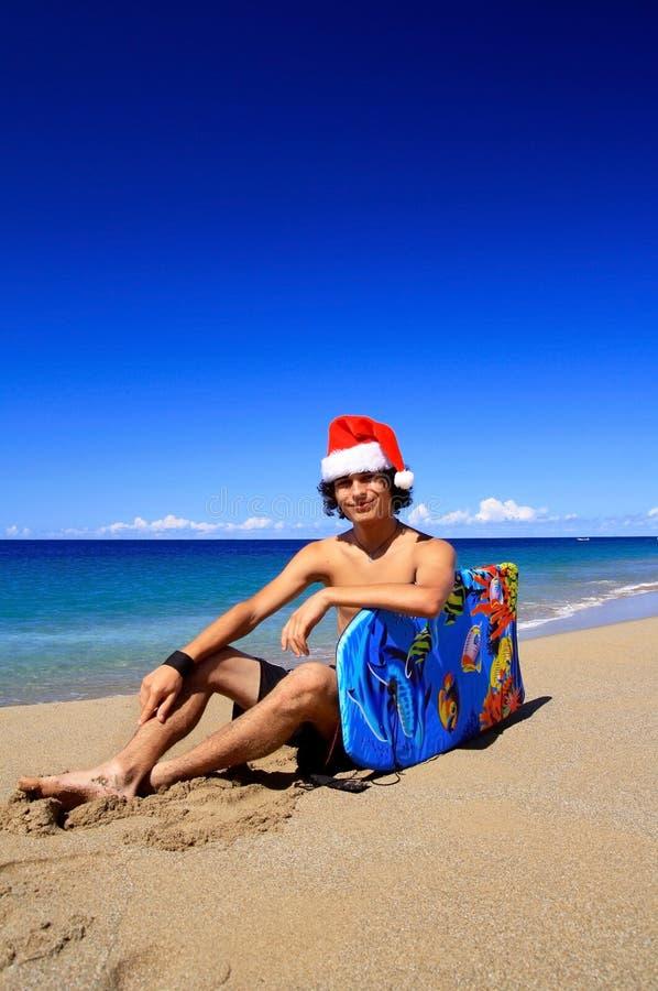Счастливый человек Санта на карибском пляже стоковая фотография