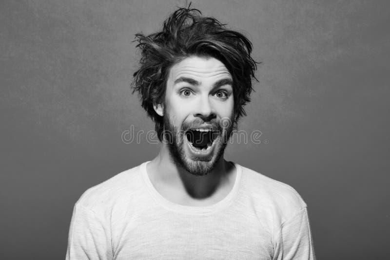 счастливый человек с длинными стильными uncombed волосами, утром и парикмахерскаей стоковые изображения rf