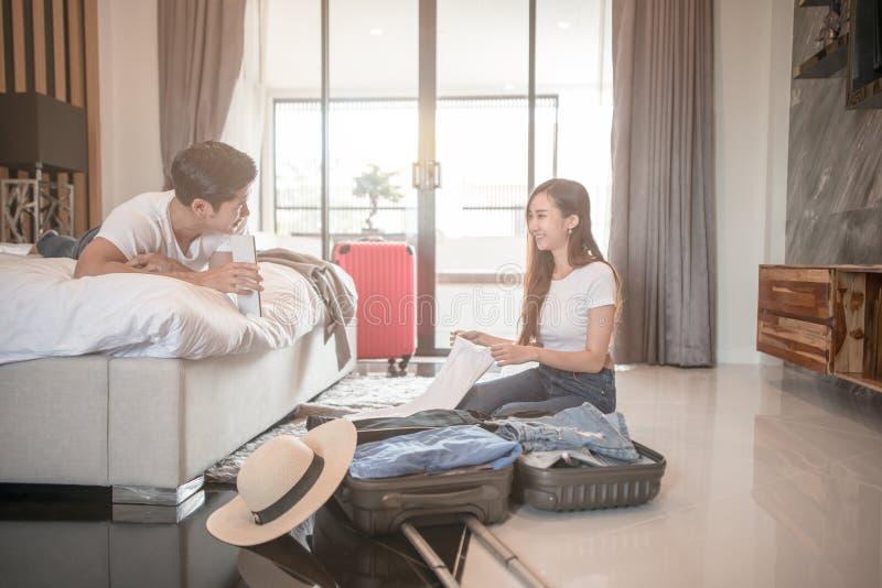 Счастливый чемодан упаковки пар на поле в таблетке пользы комнаты для отключения перемещения поиска онлайн стоковая фотография rf