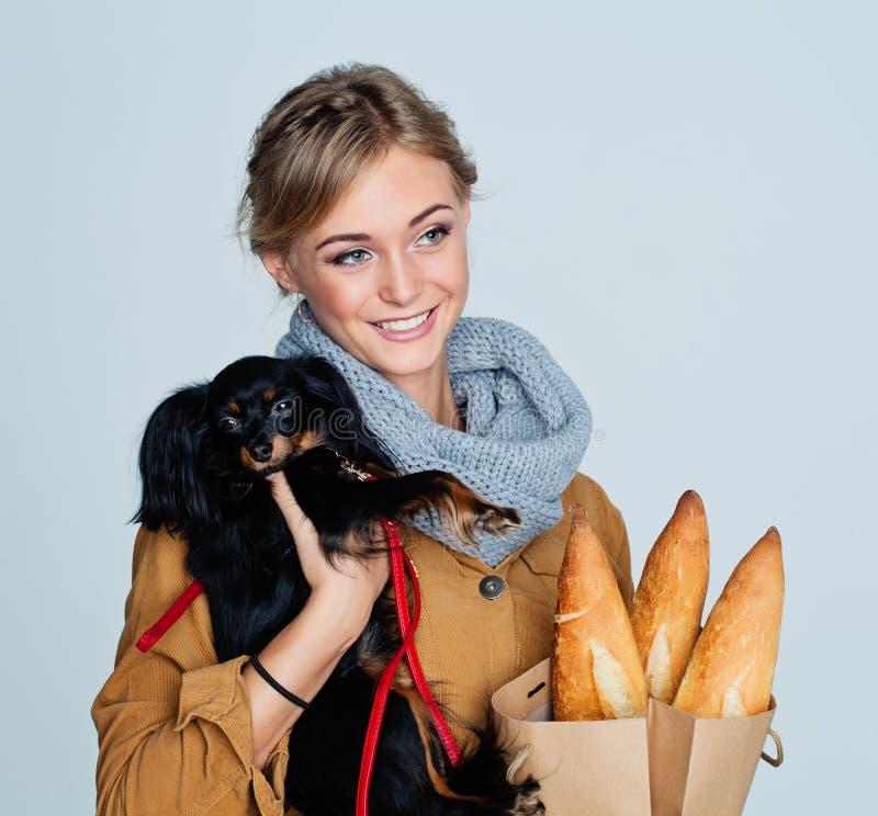 Счастливый щенок обнимать молодой женщины стоковые изображения
