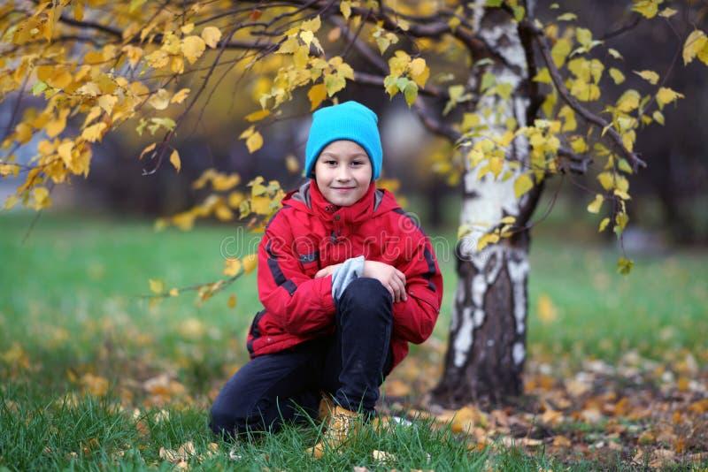 Счастливый outdoors мальчика в парке города осени стоковое фото