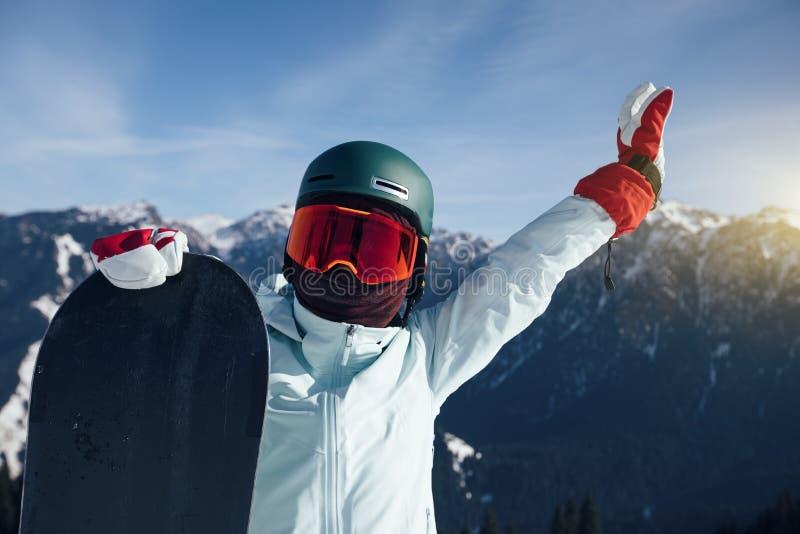 Счастливый snowboarder с сноубордом стоковое изображение rf