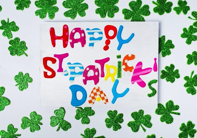 Счастливый St. Patrick & x27; карточка дня s с сияющими клеверами стоковые изображения