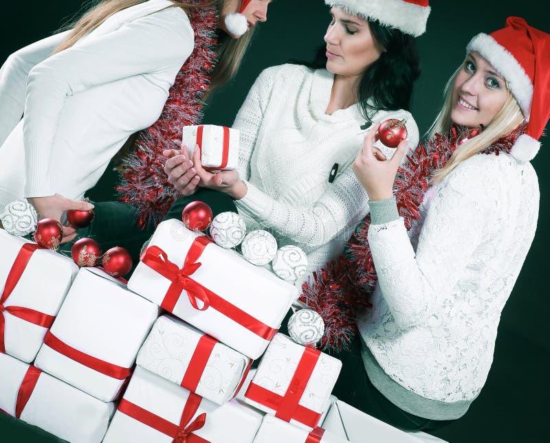 3 счастливых маленькой девочки одетой как Санта Клаус сидя с бушелем стоковое изображение rf
