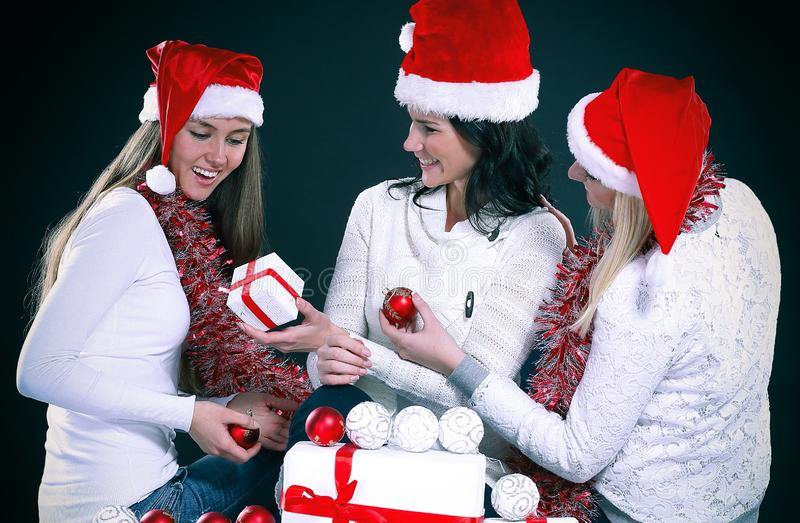 3 счастливых маленькой девочки одетой как Санта Клаус сидя с b стоковые фото