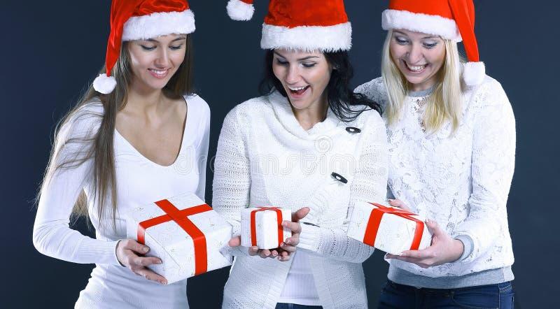 3 счастливых молодой женщины в костюме Санта Клауса с Christma стоковая фотография rf
