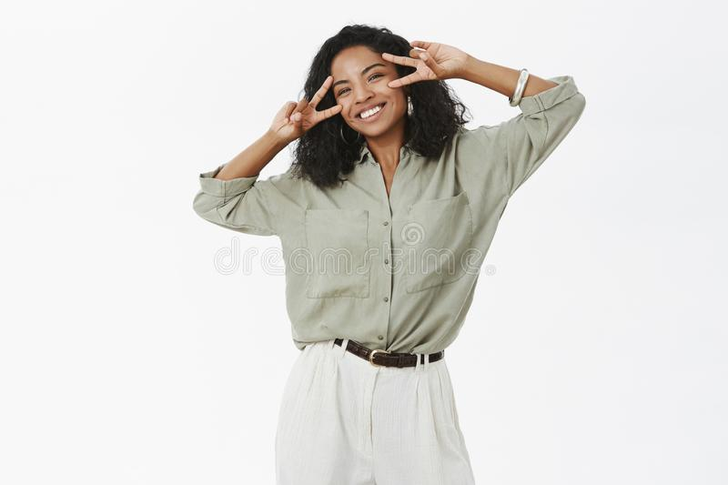 Счастье близко Портрет беспечальной очаровательной и жизнерадостной молодой Афро-американской успешной женщины в блузке и брюках стоковое фото