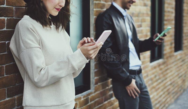 Счастье датировка пар путешествуя используя умный телефон стоковые фотографии rf