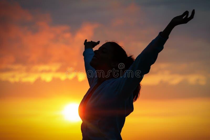 Счастье и мир на золотом заходе солнца стоковые изображения rf