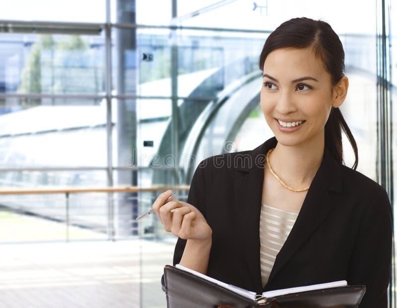 Счастливая азиатская деятельность коммерсантки стоковая фотография