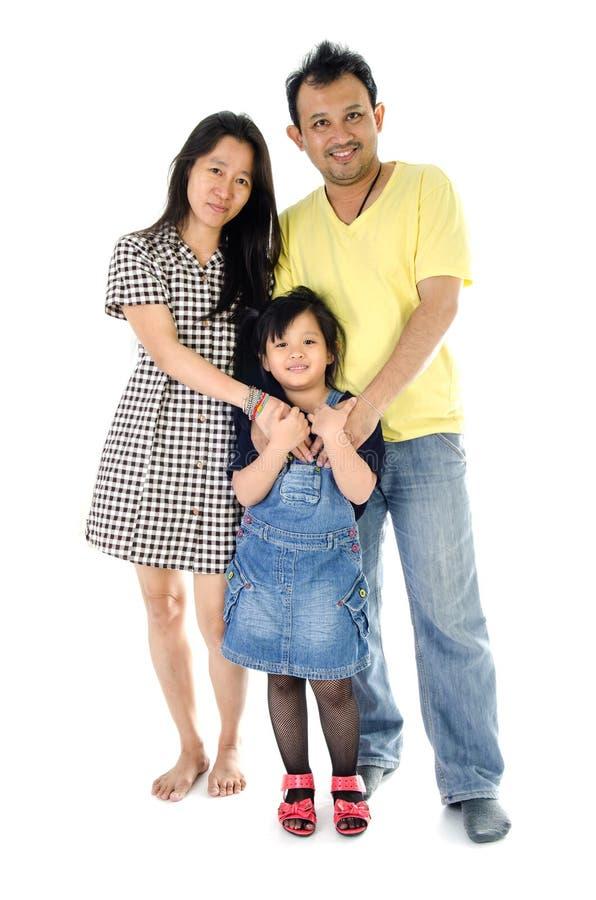 Счастливая азиатская семья - изолированная над белизной стоковые фото