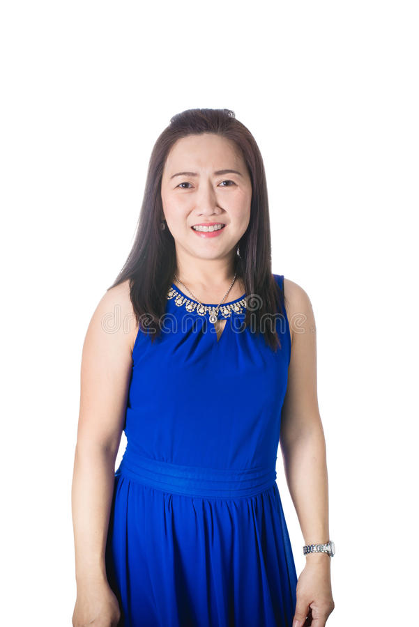 Счастливая азиатские улыбка и стойка женщины изолированные на белой предпосылке стоковое фото rf