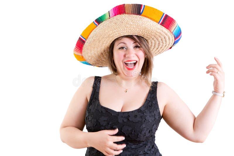 Счастливая дама танцев в черной рубашке с мексиканской шляпой стоковое фото