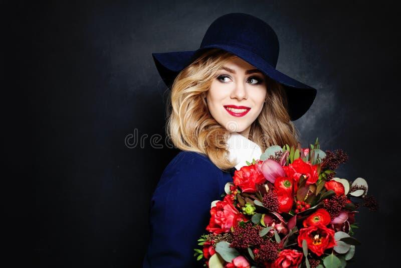 Счастливая дама фотомодель с цветками стоковые изображения