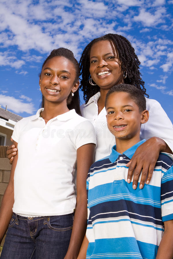 Счастливая Афро-американская мать и ее дети стоковое фото