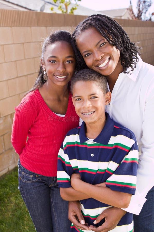 Счастливая Афро-американская мать и ее дети стоковые фотографии rf