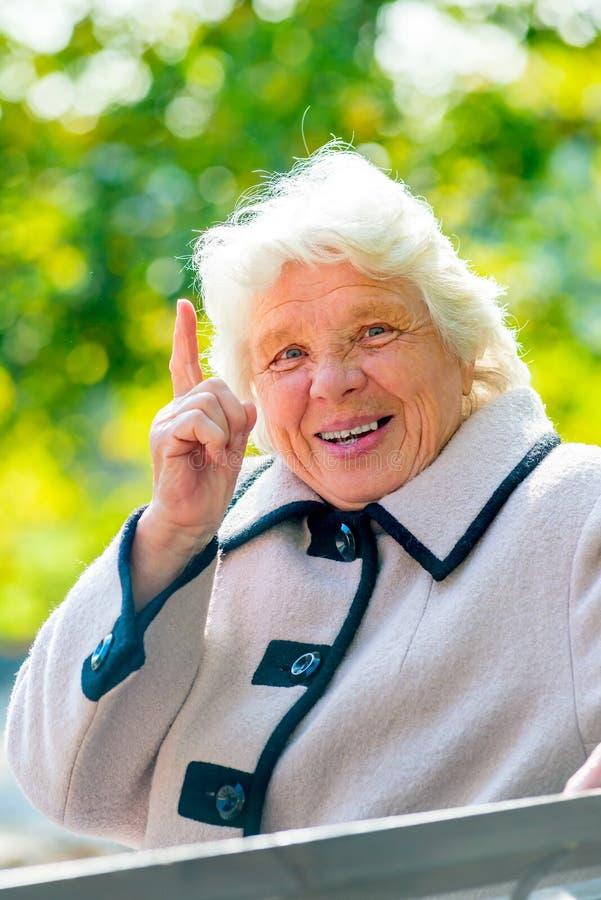 счастливая бабушка отдыхает на стенде стоковое фото rf