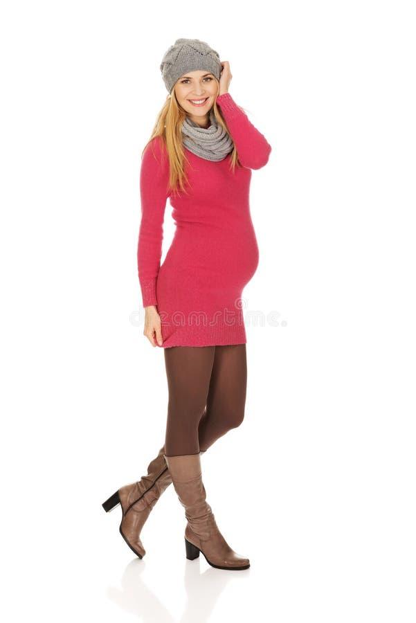 Счастливая беременная женщина в outerwear стоковые фото