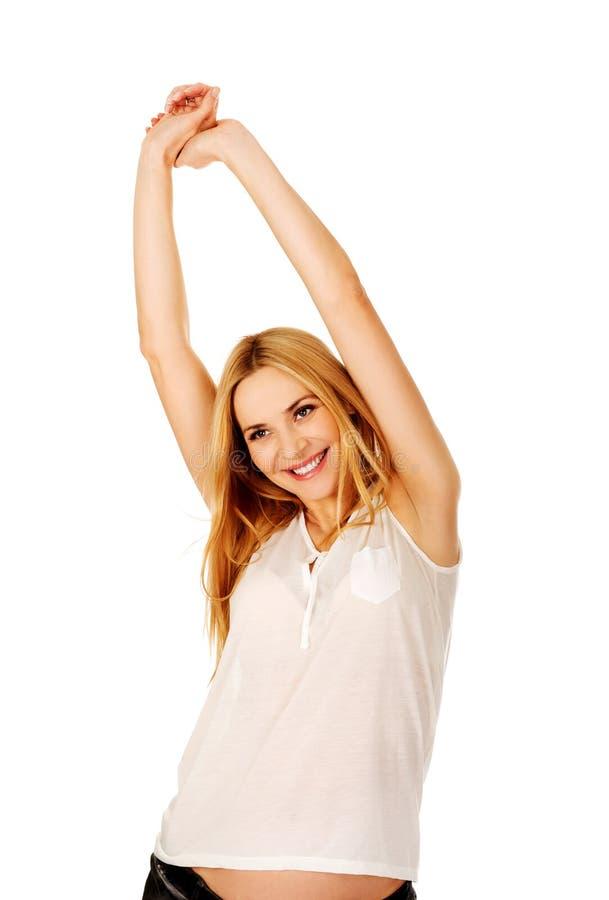 Счастливая беременная женщина протягивая оружия стоковые изображения rf