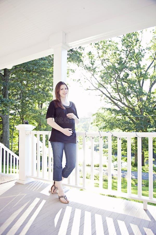 Счастливая беременная женщина стоковые фото