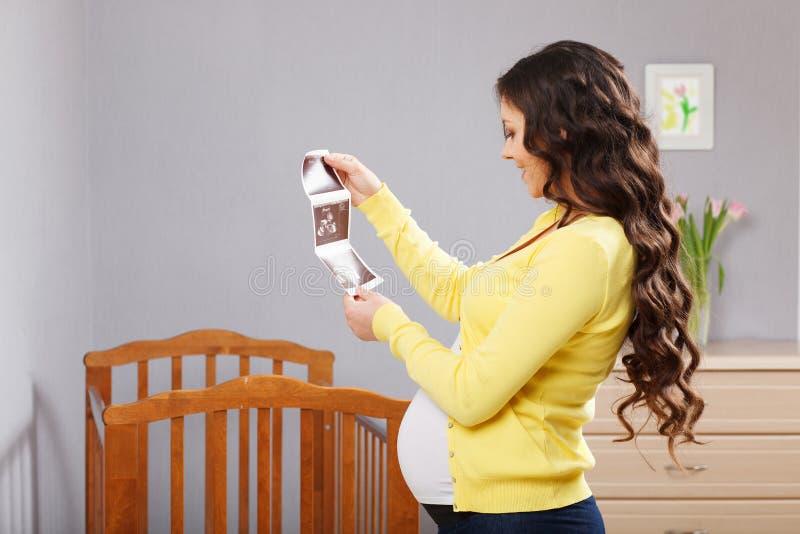 счастливая беременная женщина стоковые изображения rf