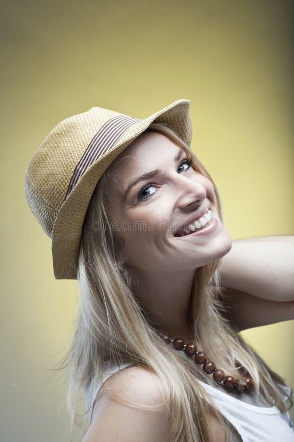 Счастливая белокурая женщина с портретом шляпы стоковые изображения rf