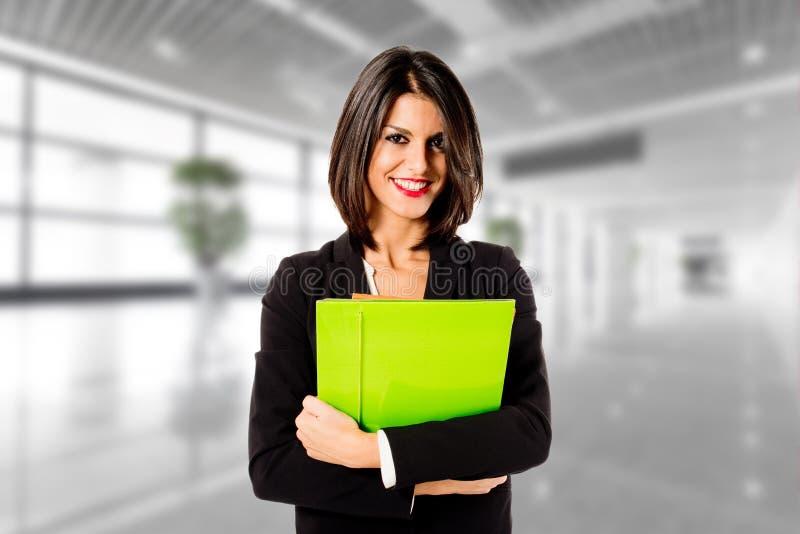 Счастливая бизнес-леди в ее офисе стоковые фото