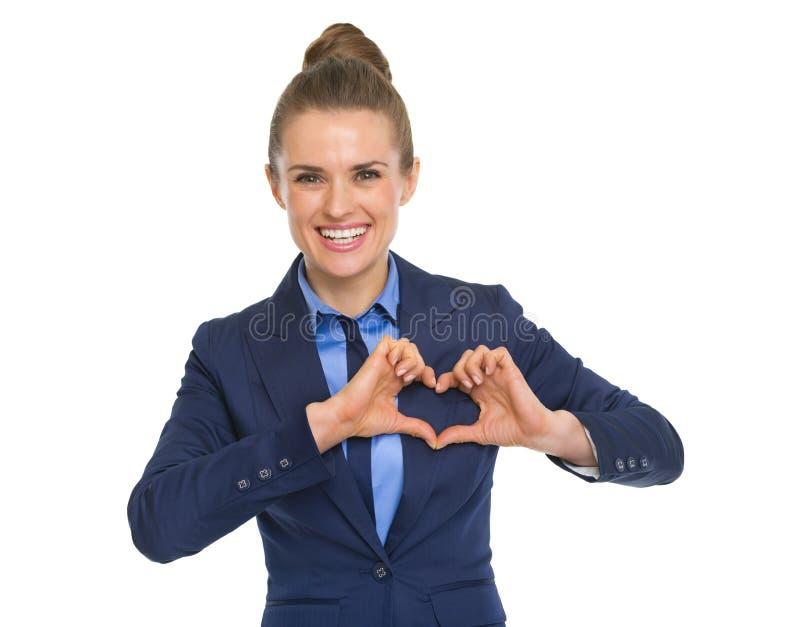 Счастливая бизнес-леди показывая сердце с пальцами стоковые изображения rf