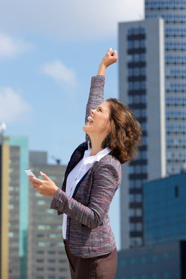 Счастливая бизнес-леди пробивая воздух стоковая фотография