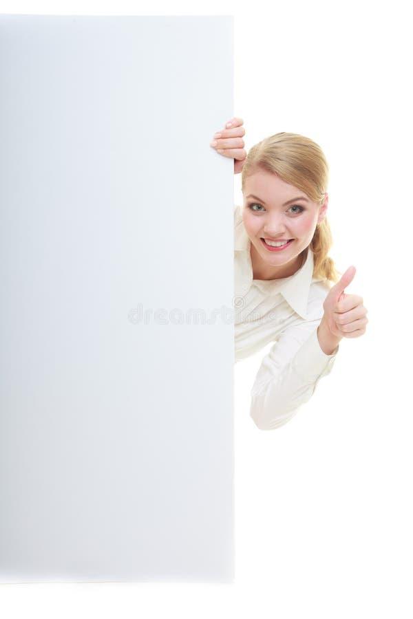 Счастливая бизнес-леди с знаком знамени доски пустого представления. стоковое изображение