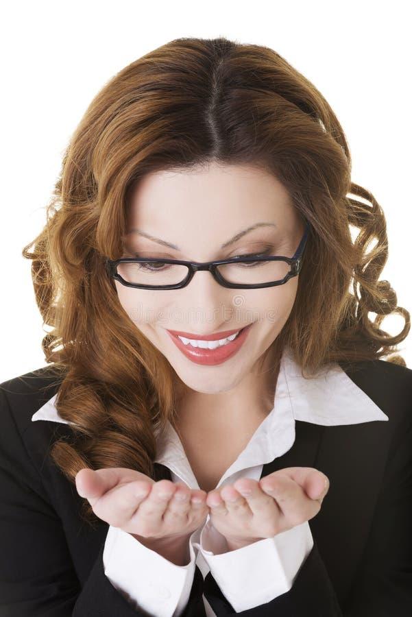Счастливая бизнес-леди с приданными форму чашки руками стоковые изображения rf