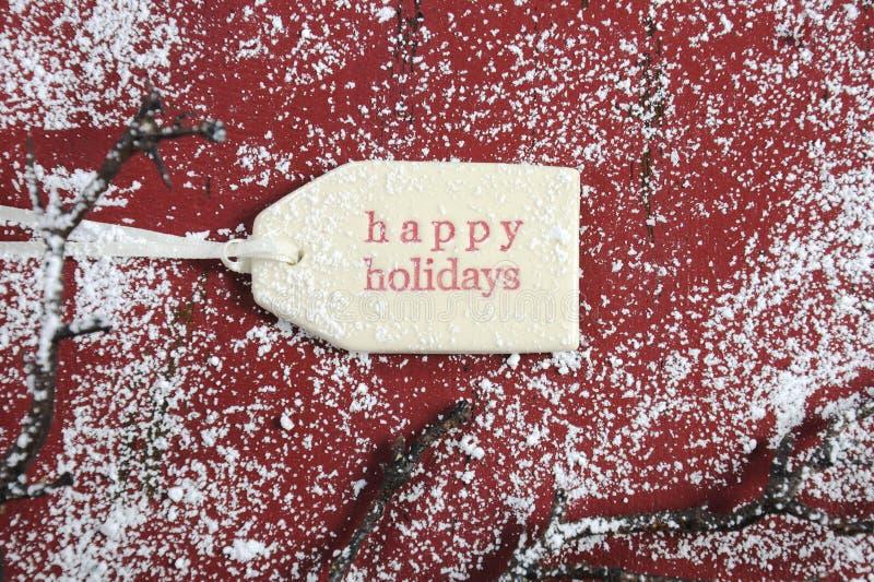 Счастливая бирка подарка праздников на красном винтажном стиле рециркулировала древесину стоковое изображение rf