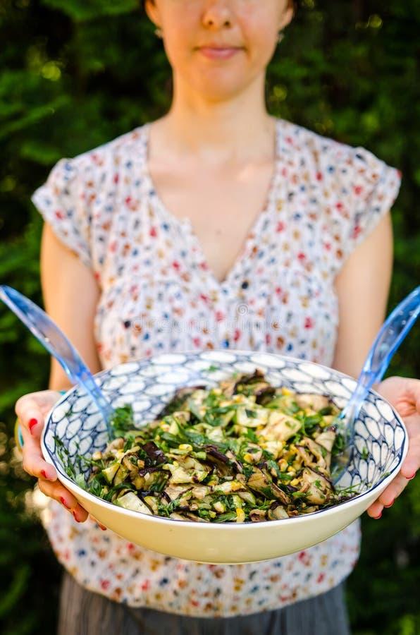 Счастливая вегетарианская женщина с салатом стоковая фотография rf