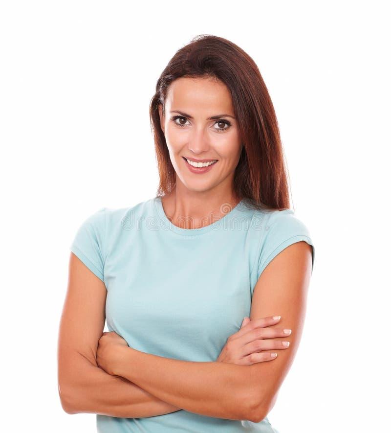 Счастливая взрослая женщина усмехаясь на вас стоковая фотография