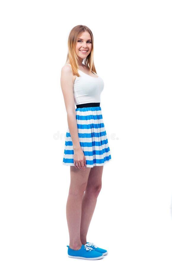 Счастливая вскользь женщина в платье смотря камеру стоковое фото