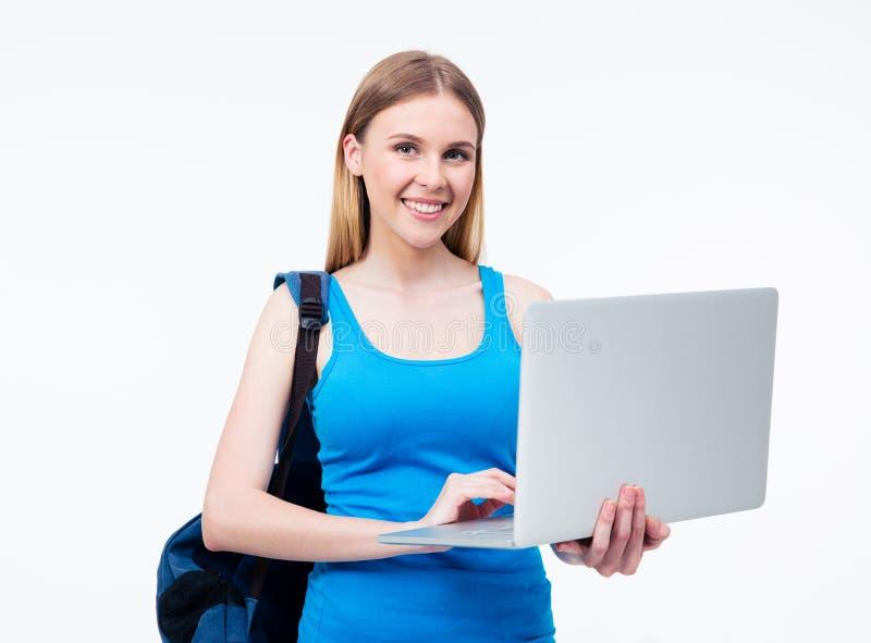 Счастливая вскользь женщина используя компьтер-книжку стоковые фото