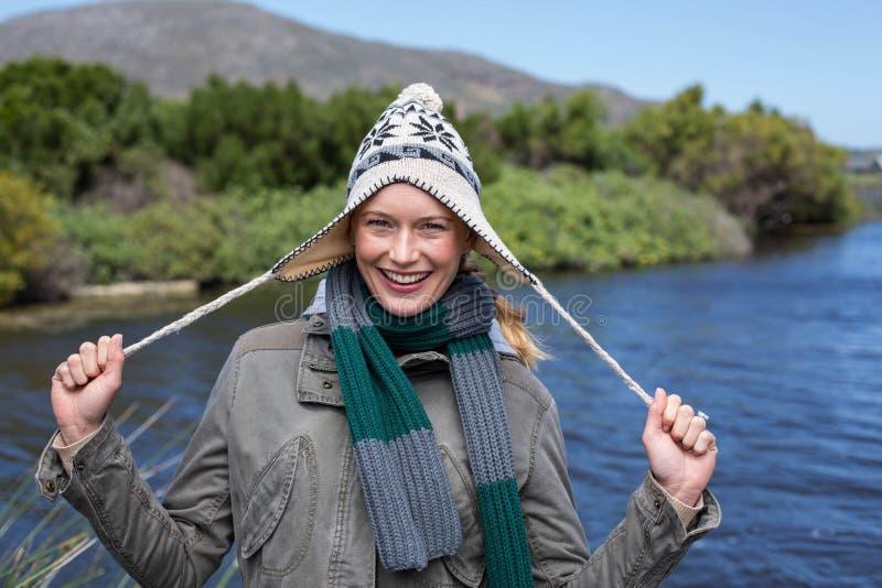 Счастливая вскользь женщина на озере стоковая фотография rf