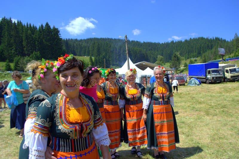 Счастливая группа фольклора женщин стоковая фотография