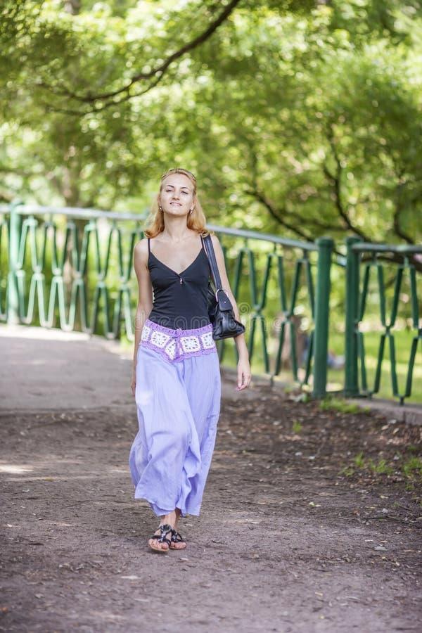 счастливая гуляя женщина стоковые фото