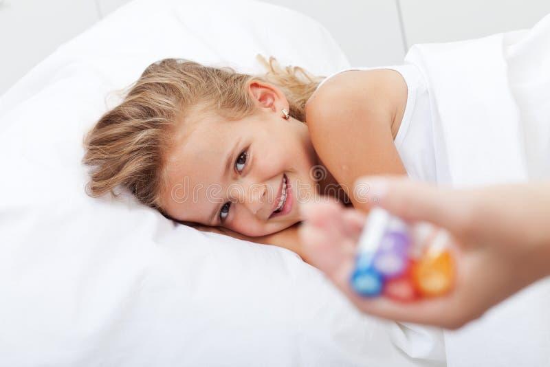 Счастливая девушка беря от болезни с гомеопатической медициной стоковые изображения rf