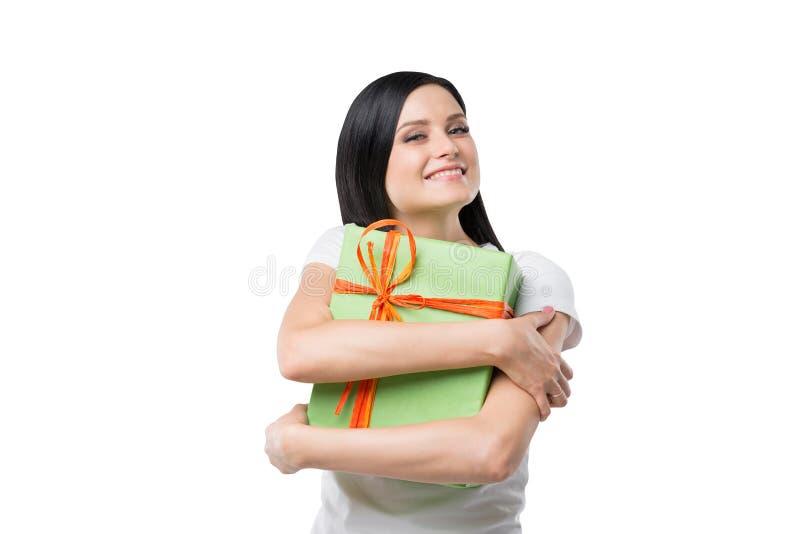 Счастливая девушка брюнет обнимает подарочную коробку стоковое фото