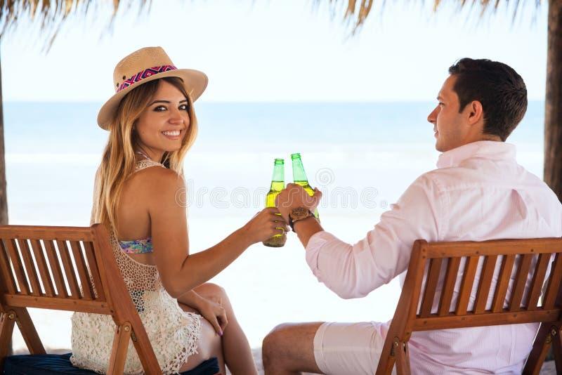 Счастливая девушка в дате с ее парнем стоковое фото