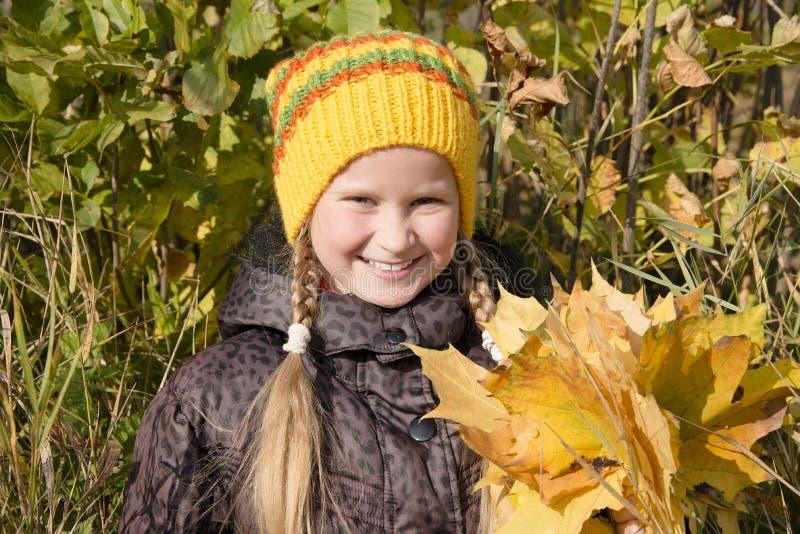Счастливая девушка в осени Листья стоковая фотография rf