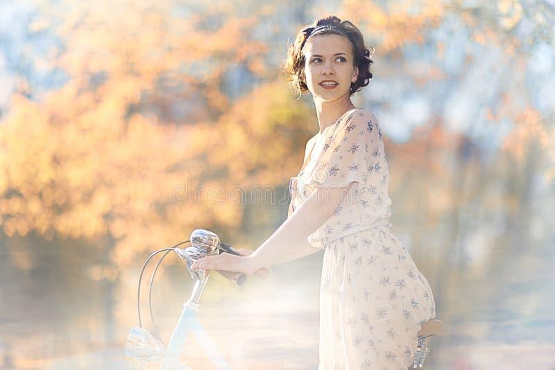 Счастливая девушка в парке лета стоковая фотография rf