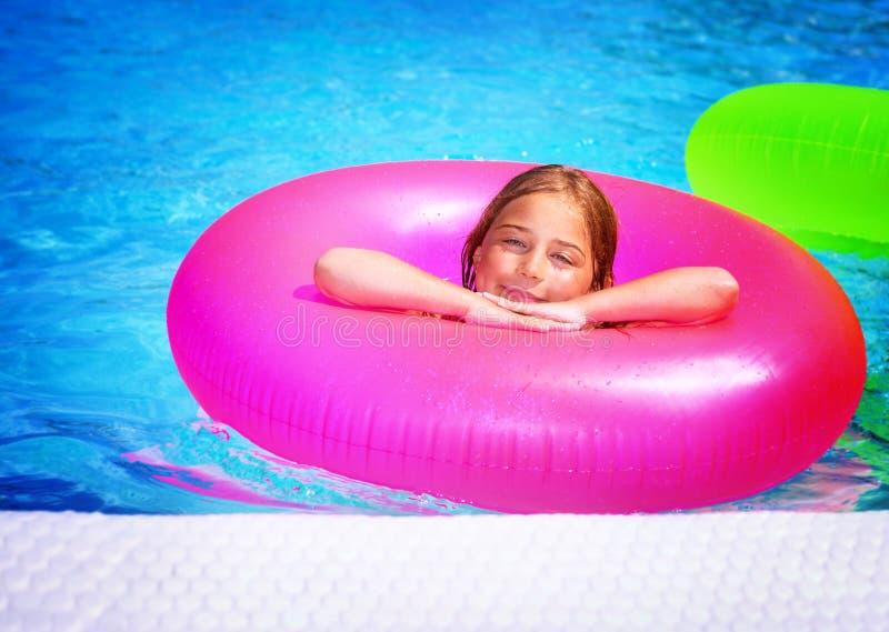 Счастливая девушка в плавательном бассеине стоковое фото rf