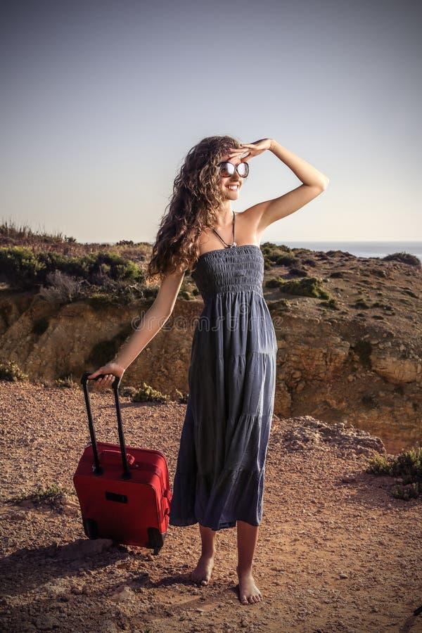 Счастливая девушка готовая для того чтобы путешествовать стоковая фотография
