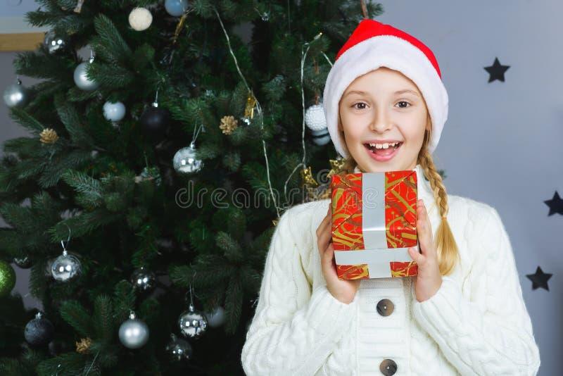 Счастливая девушка держа подарки Ждать рождество стоковые изображения