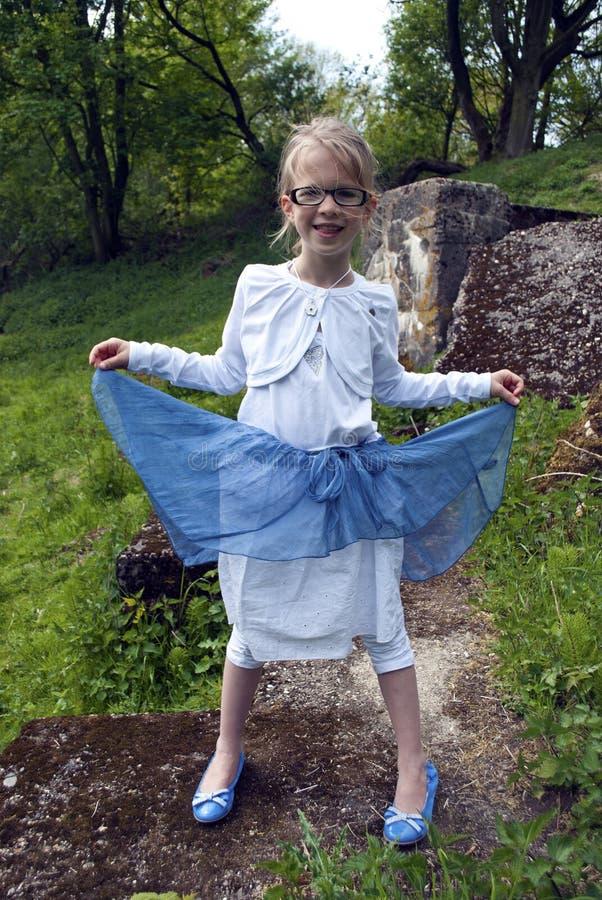 Счастливая девушка леса стоковые фотографии rf